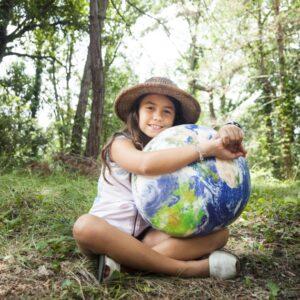 Mädchen mit Globus