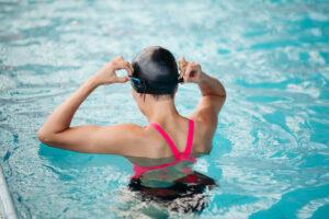 Frau beim Schwimmen in der Schwangerschaft