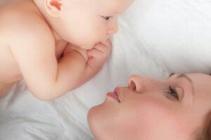 Mutter mit Baby im Mutterschaftsurlaub