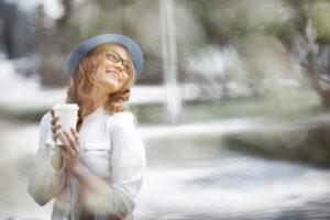 Junge glückliche Frau