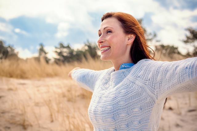 Frau freut sich auf die Schwangerschaft