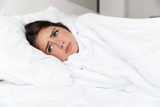 Frau leidet an Schwangerschaftsübelkeit